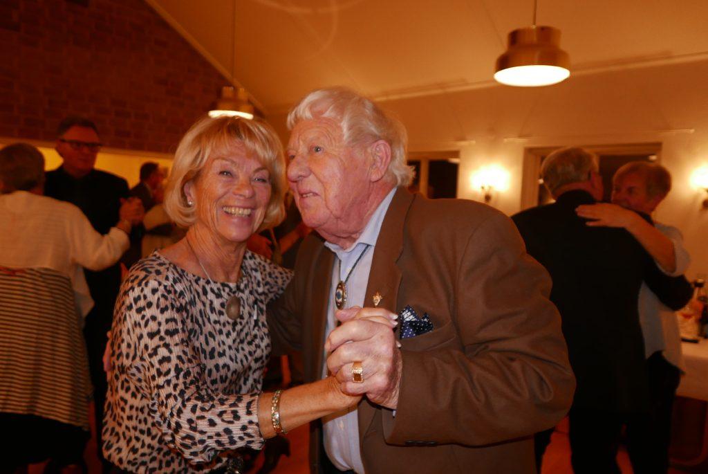 Sy Elisabeth och Br Knut i smäktande dans.