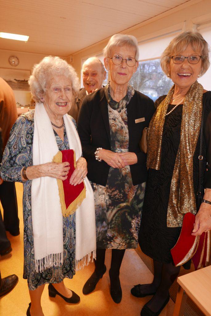 Sy Britt-Marie, Sy Mona och  Sy Stina poserar.