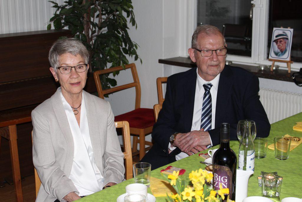 Gästerna Kerstin och Stig Johansson ser ut att trivas!