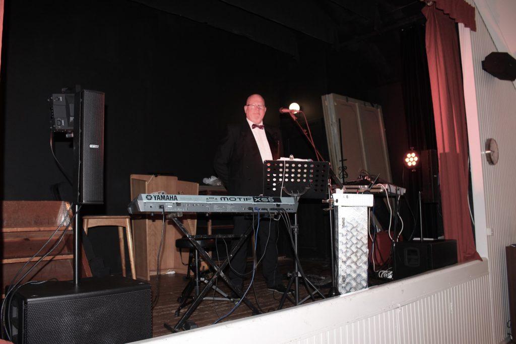 Musikern Niklas underhåller.
