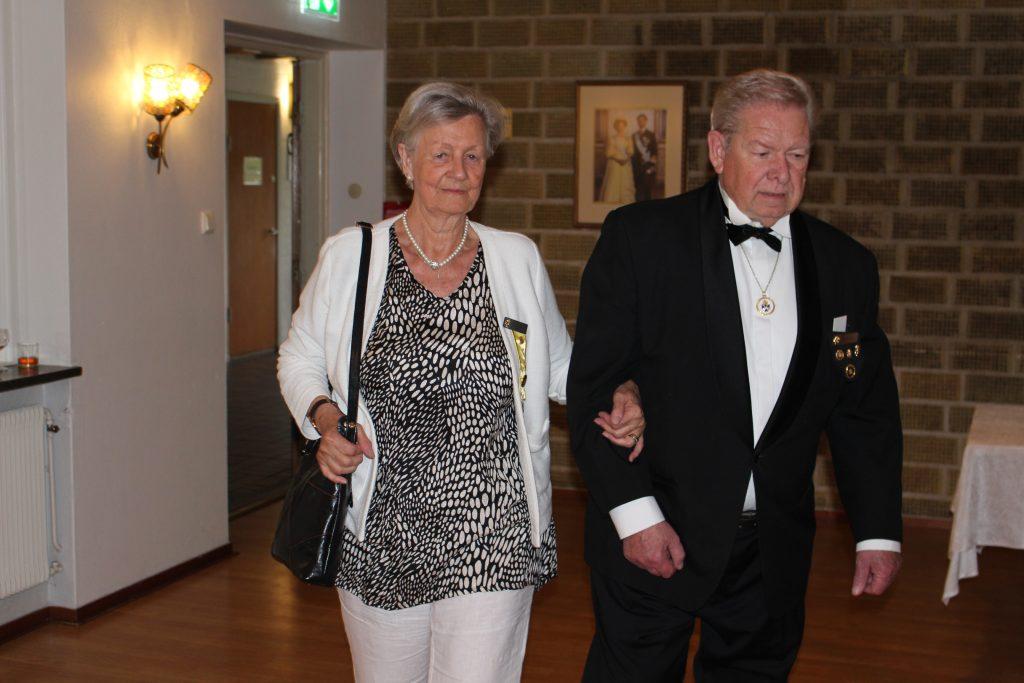 Sy Jytte och Br Jan på väg till sina bordsplatser.