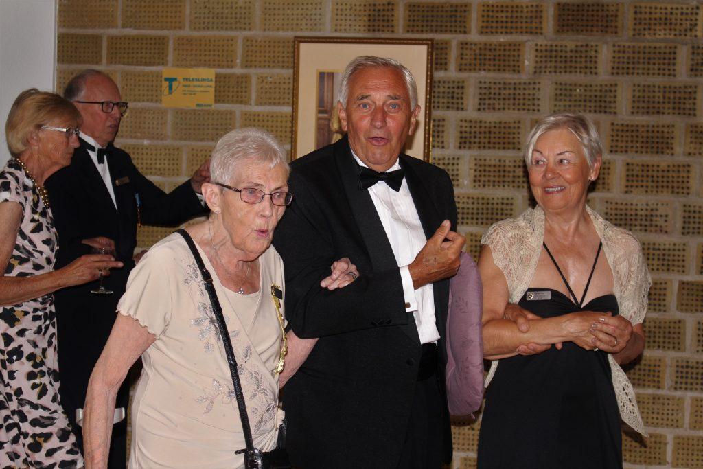 Br Kjell för Sy Gerd och Sy Katarina till bordet.