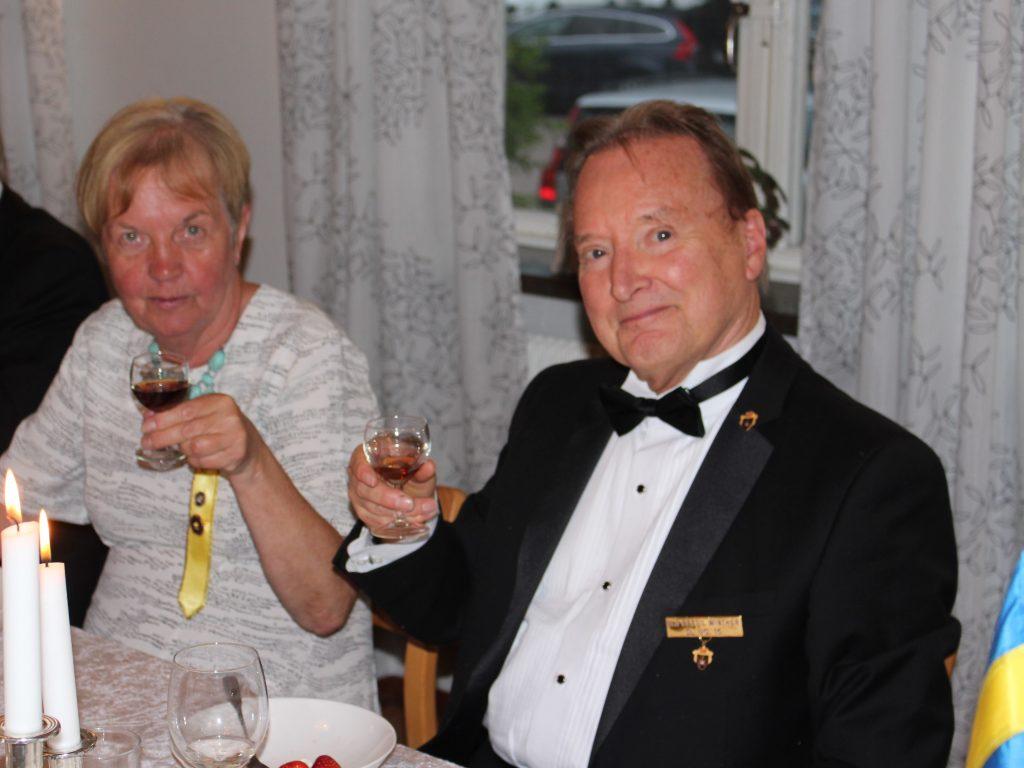 Sy Inger skålar med Br Bertil.