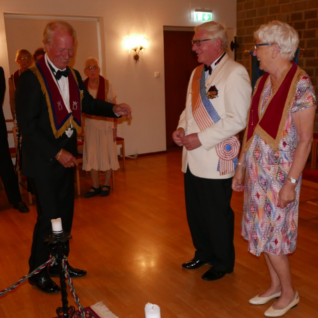 Br Rolf ger utmärkelse till Br Leif och Sy Evy