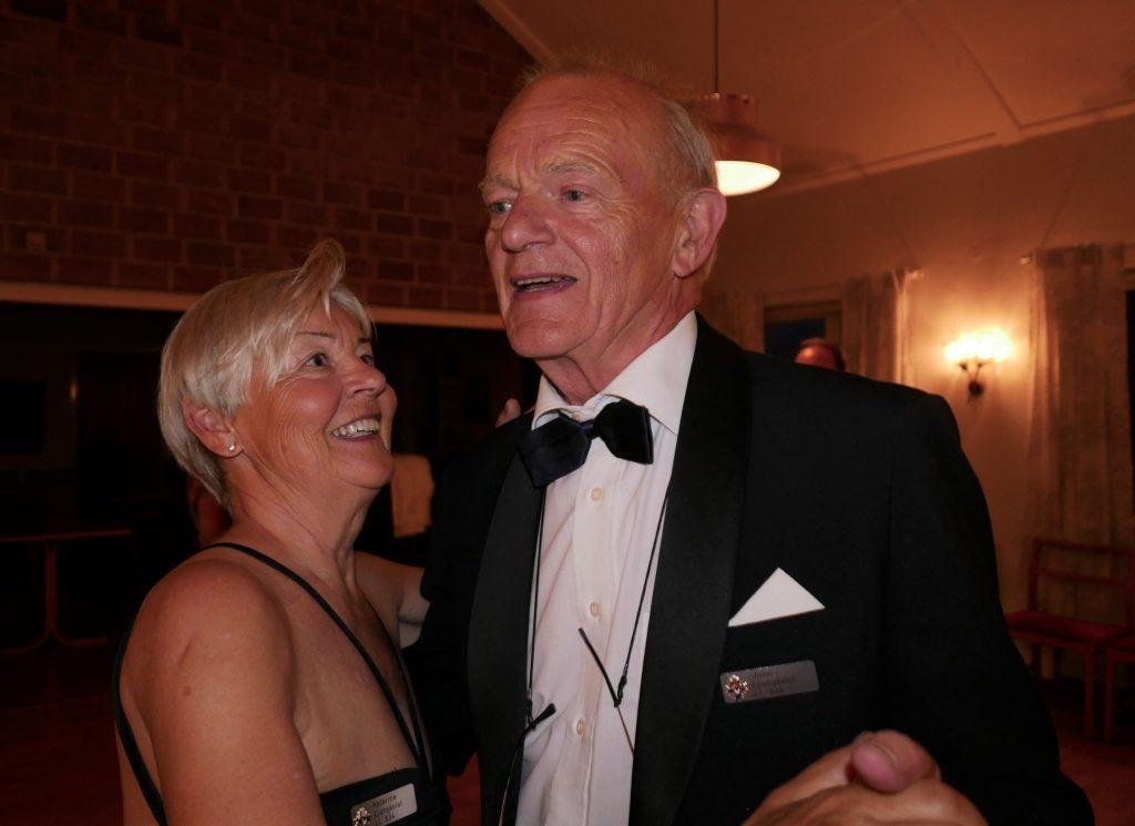 Sy Katarina följer sin Br John på dansgolvet.