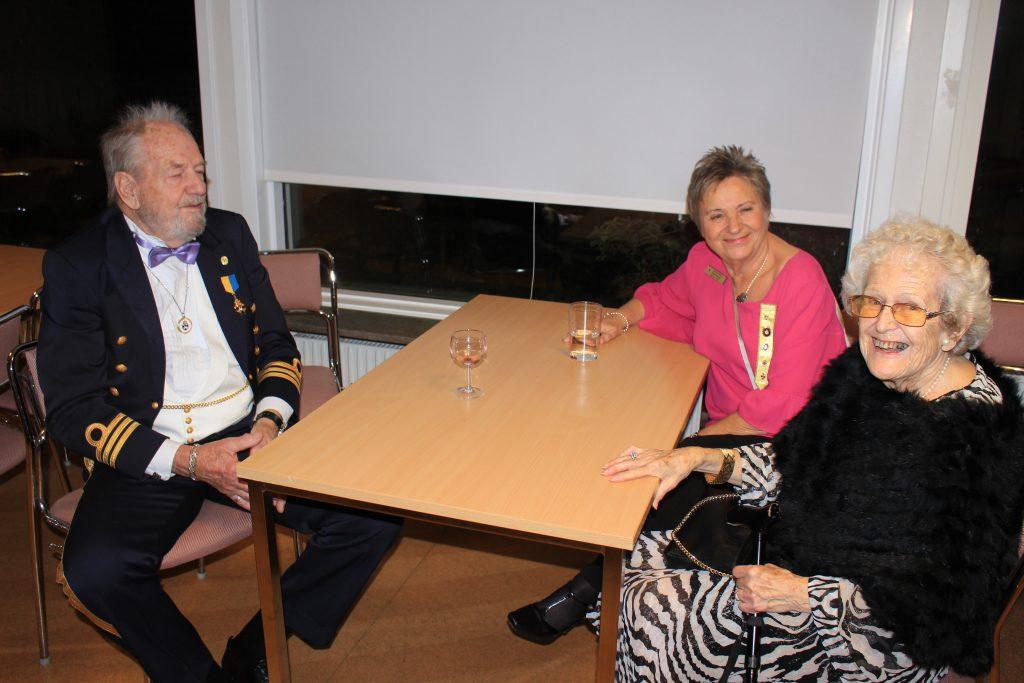 Gästande Br Arne, Sy Anna-Brita och Sy Britt-Marie samspråkar.