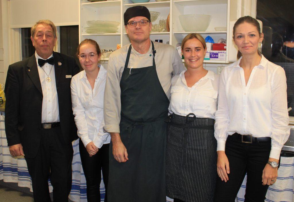Matleverantören tillsammans med servicepersonalen!