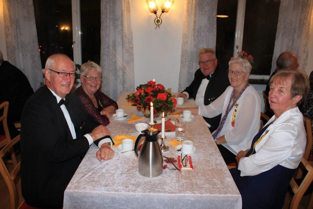 Br Sixten, Sy Christina, Br Lars, Sy Evy och Sy Inger väntar på dansen.