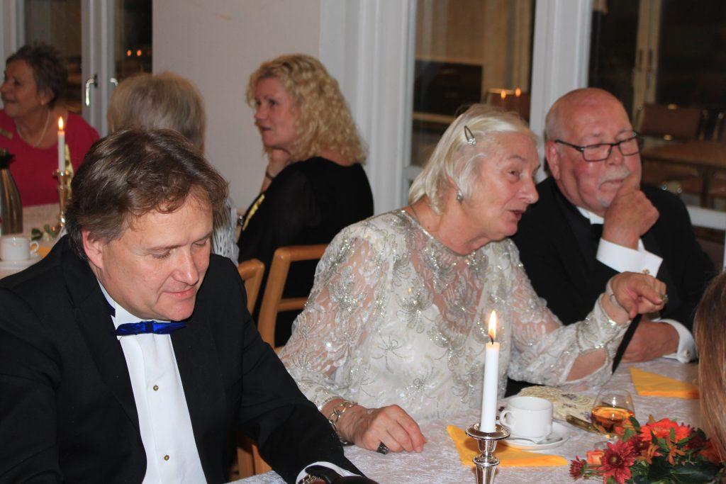 Br Michael, gästen Sy Ingva-Britt och Br Jan umgås.