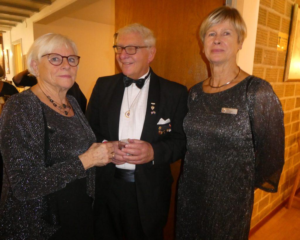 Sy Ingrid, Br Leif och gästande Sy Eva stramar upp sig för fotografen.