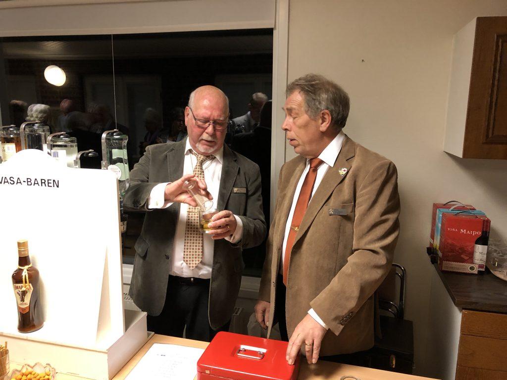 Klubbmästaren  Br Niels får hjälp av Bitr klubbmästare Br Jan.