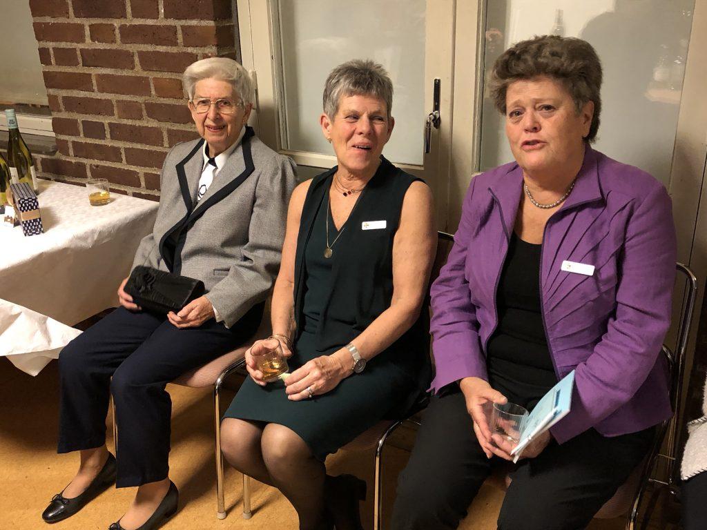 Sy Märta, Sy Kerstin och Sy Birgitta vill vara med på bild!
