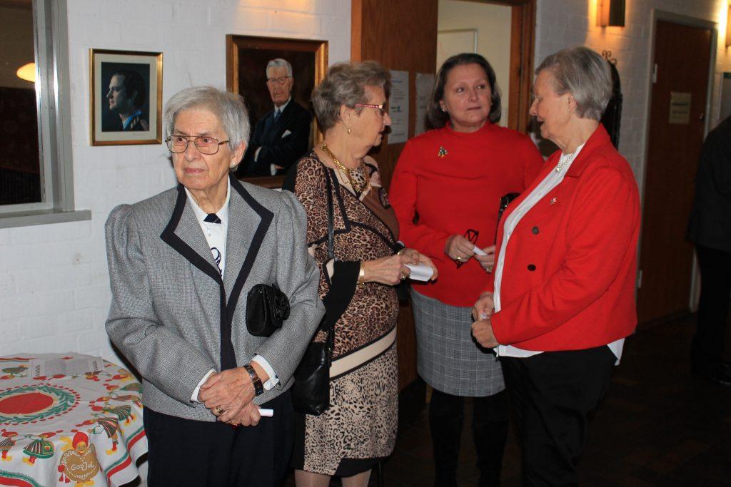 Fyra systrar i avvaktan på logemötet.
