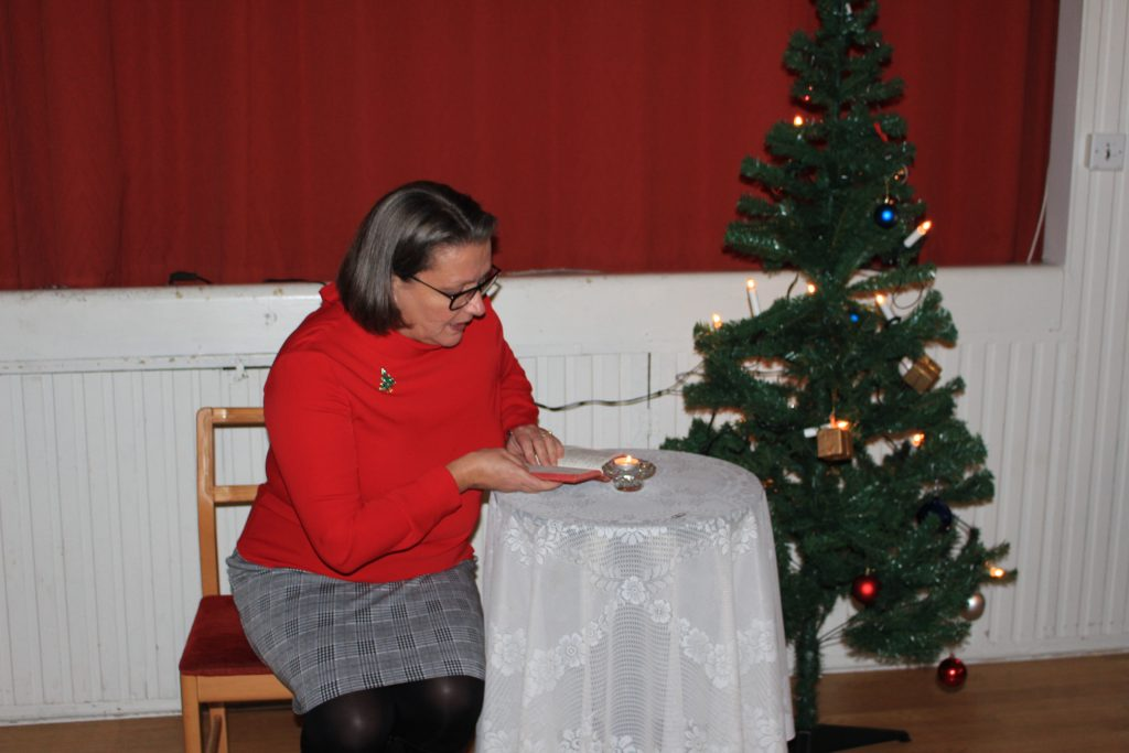 Sy Magdalini läser ur bibeln om Jesusbarnets födelse.