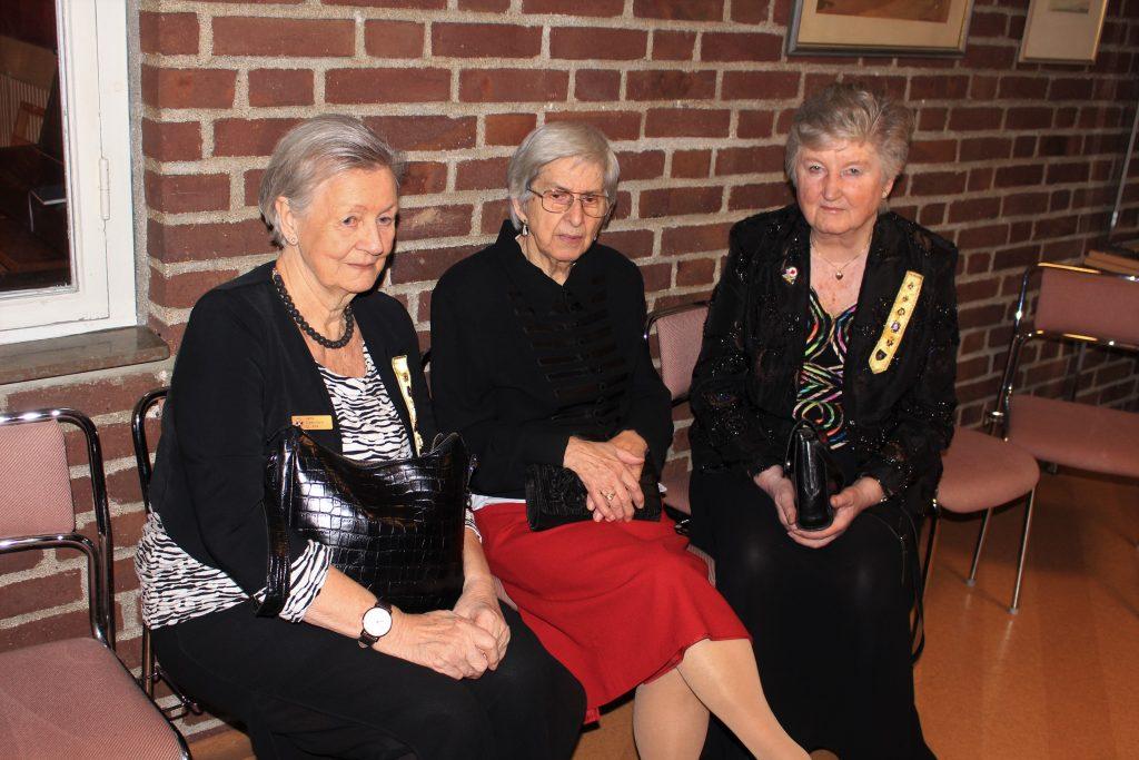 Sy Jytte, Sy Märta och Sy Anita stramar upp sig.