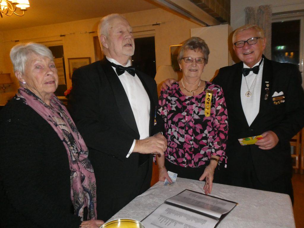 Sy Ulla och Br Stig delar ut vinster från Drömreselotteriet. Sy Berit och Br Leif är glada vinnare!