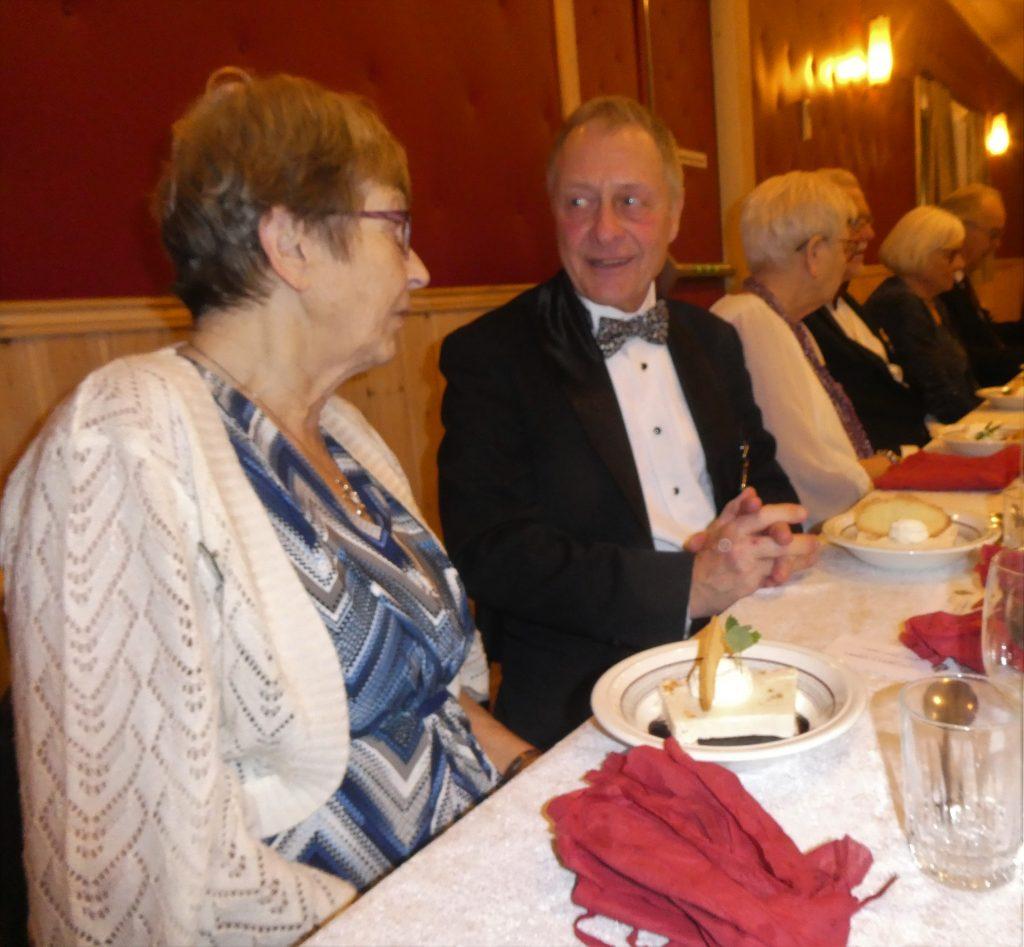 Sy Lena och Br Calle samspråkar under middagen.