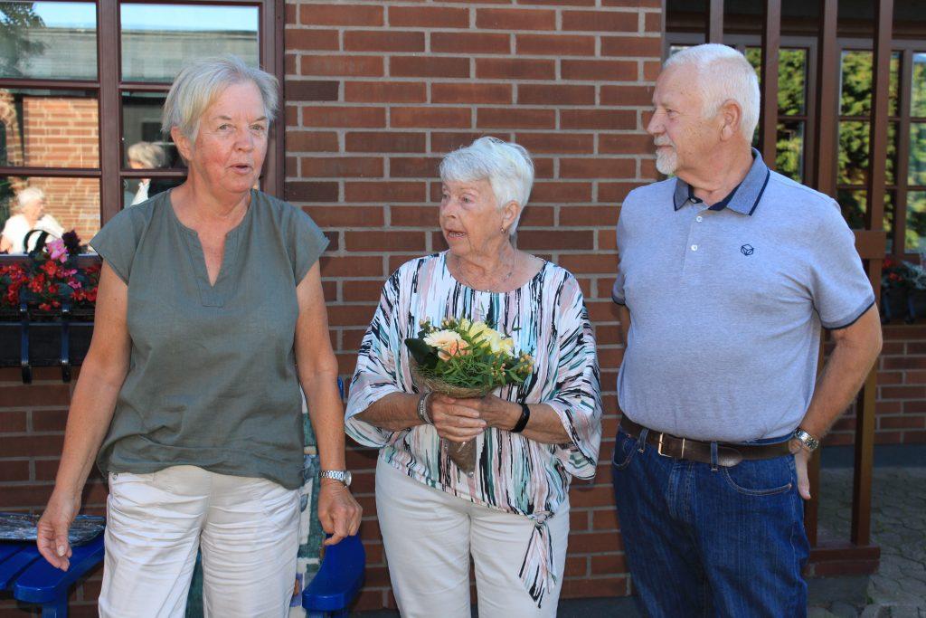 O Sy Inger överlämnar tack-blomma till Sy Ulla och Br Stig.