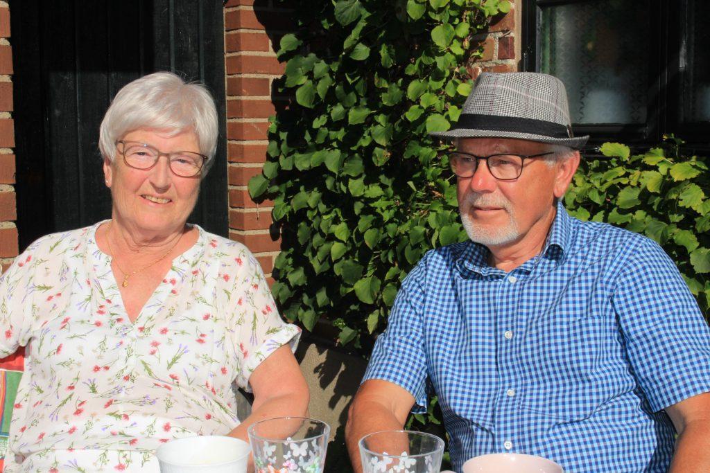 Sy Evy och Br Gunnar njuter i solen.