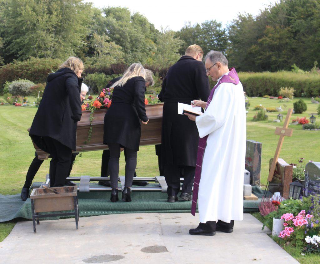 Kistan placeras på gravplatsen.